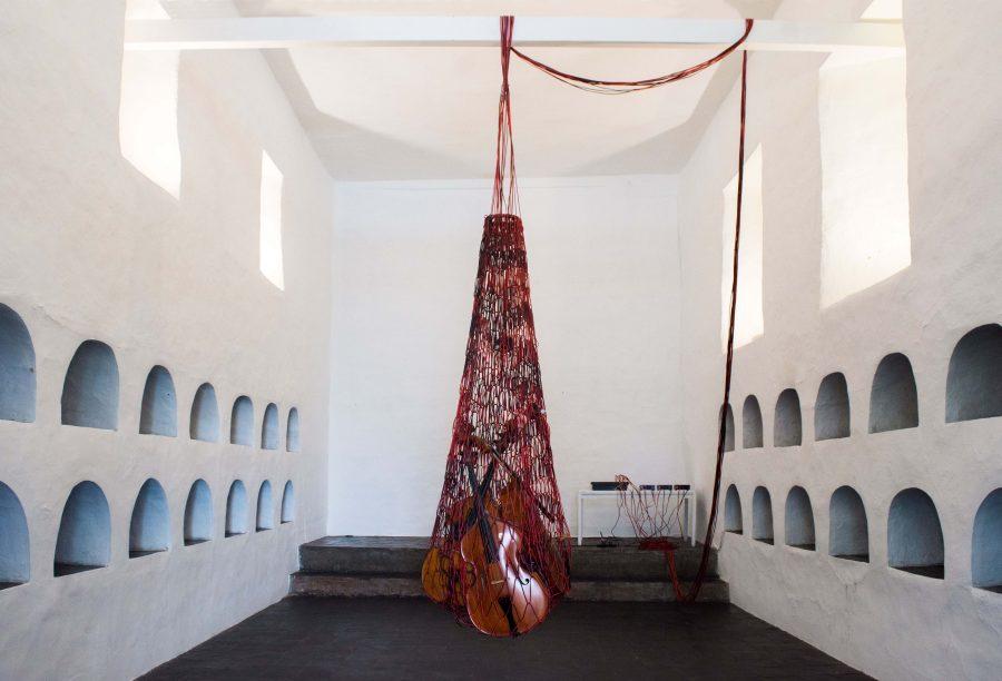 """Acción sonora de la artista argentina Cecilia López """"Red"""", 2018. Cables de audio, contrabajos, equipo de sonido (Museo de las Conceptas). Foto: Galo Mosquera"""