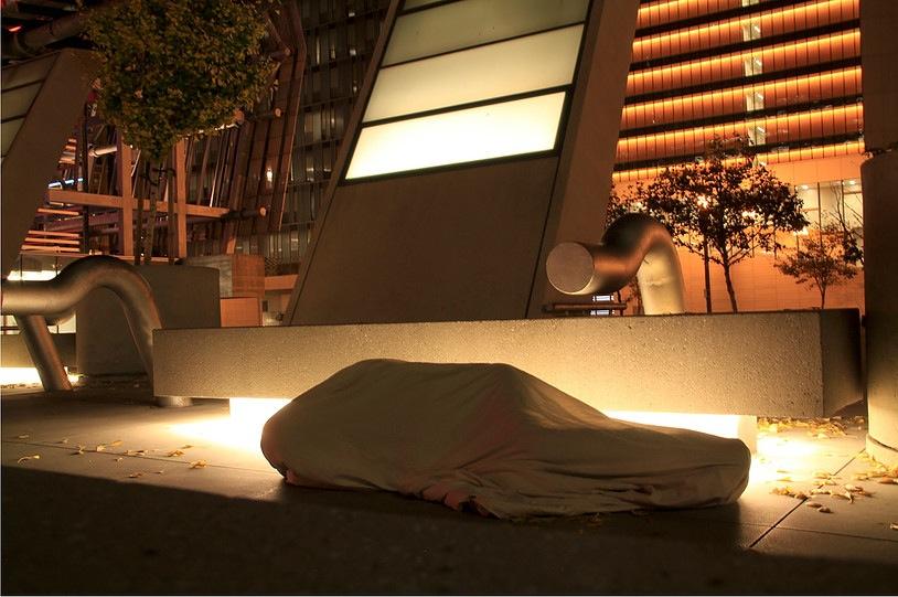 Gina Arizpe, En la calle/Cuerpo cubierto, 2013, acción/fotografía. Cortesía de la artista