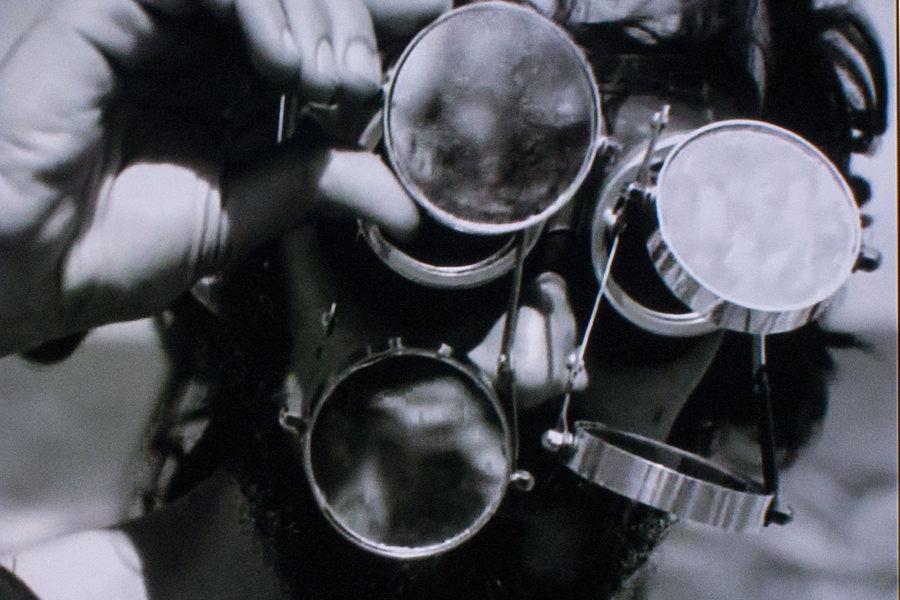 """Video-performance de la artista brasileña Lygia Clark """"O mondo de Lygia Clark"""" [El mundo de Lygia Clark], 1973. Película transferida a video, b/n, sonido, 25´ 50´´ (Casa Bienal de Cuenca). Foto: Galo Mosquera"""
