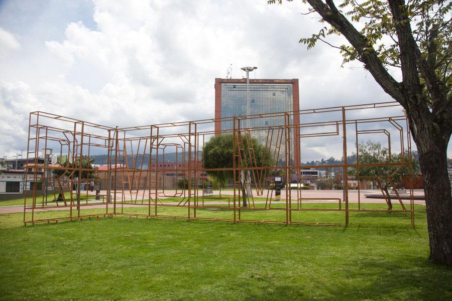 """Escultura de los artistas Birger Lipinsky (Suecia) y Laercio Redondo (Brasil), """"Revolver"""", 2013-2018. Instalación de madera (Parque de la Madre). Foto: Xavier Caivinagua"""