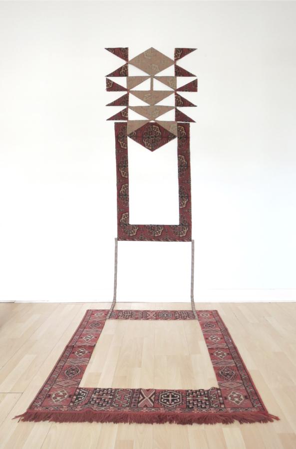 Oscar Abraham Pabón, escultura hecha con alfombre persa diseccionada. Cortesía del artista y Maëlle Galerie, París