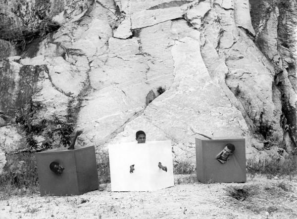 Lygia Pape,Trio do embalo maluco (Crazy Rocking Trio), 1968, fotografía en blanco y negro© Projeto Lygia Pape and Museo Nacional Centro de Arte Reina Sofía