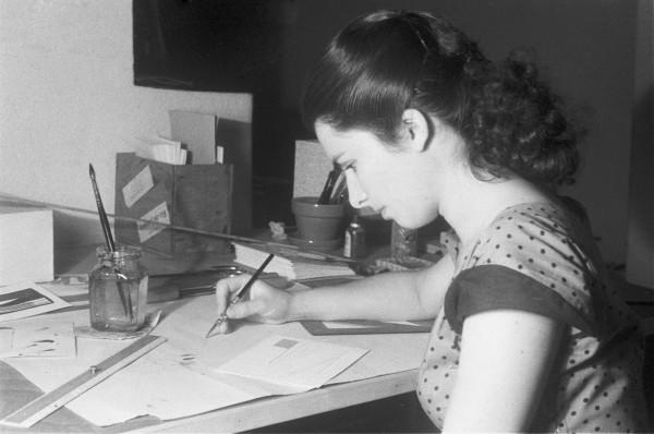 Lygia Pape en su taller, 1953, fotografía en blanco y negro,8.6 x 11.5 cm.© Projeto Lygia Pape y Museo Nacional Centro de Arte Reina Sofía