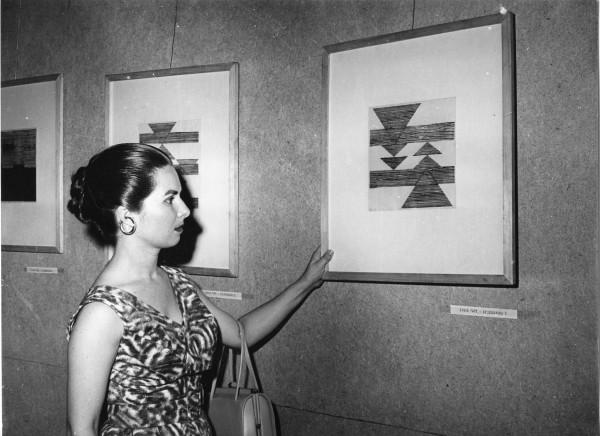 Lygia Pape en la National Exhibition of Concrete Art, 1956. Publicada enCruzeiro magazine. Fotografía antigua. Projeto Lygia Pape© Projeto Lygia Pape and Museo Nacional Centro de Arte Reina Sofía