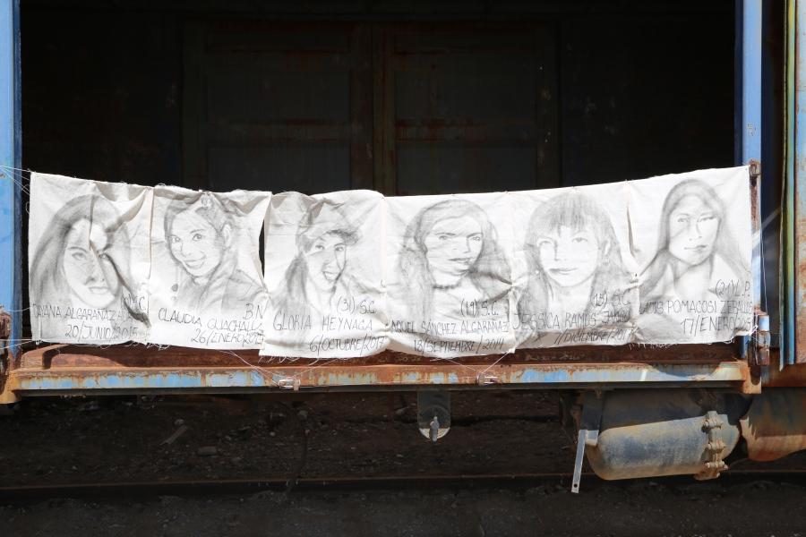 Pezones Metralleta, intervención en Bolivia, 2018, textiles con retratos de mujeres desaparecidas por la trata de blancas en la región tripartita, registro fotográfico digital. Cortesía de las artistas