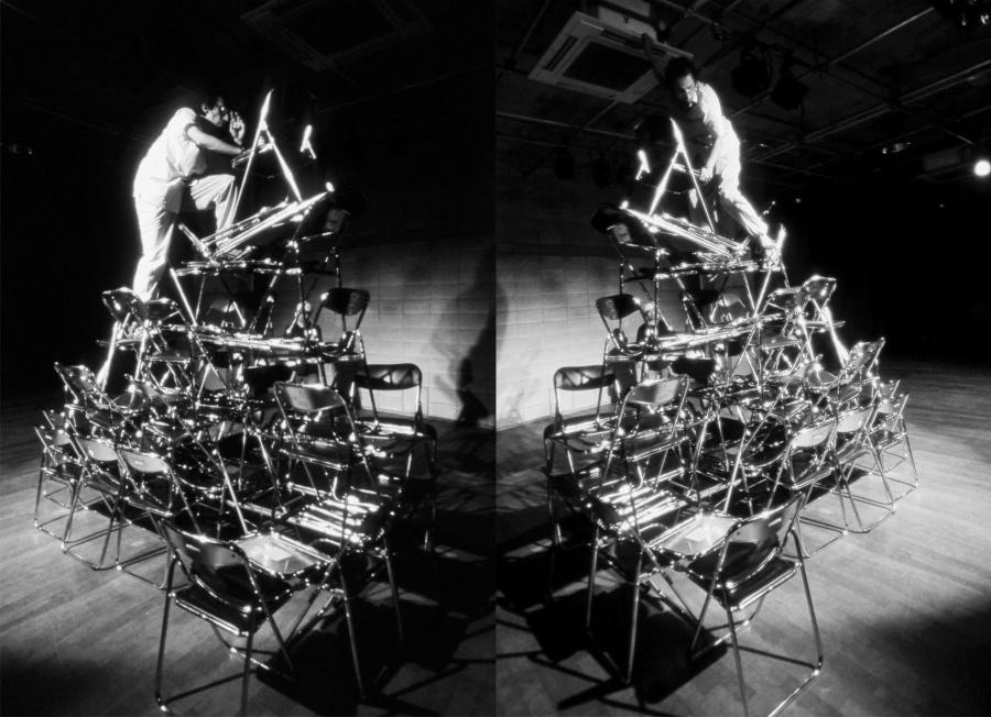 Roberto de la Torre, 49 sillas y una cerveza, registro de performance de 2002, Tokio. Cortesía del artista y Galería Alterna, Ciudad de México