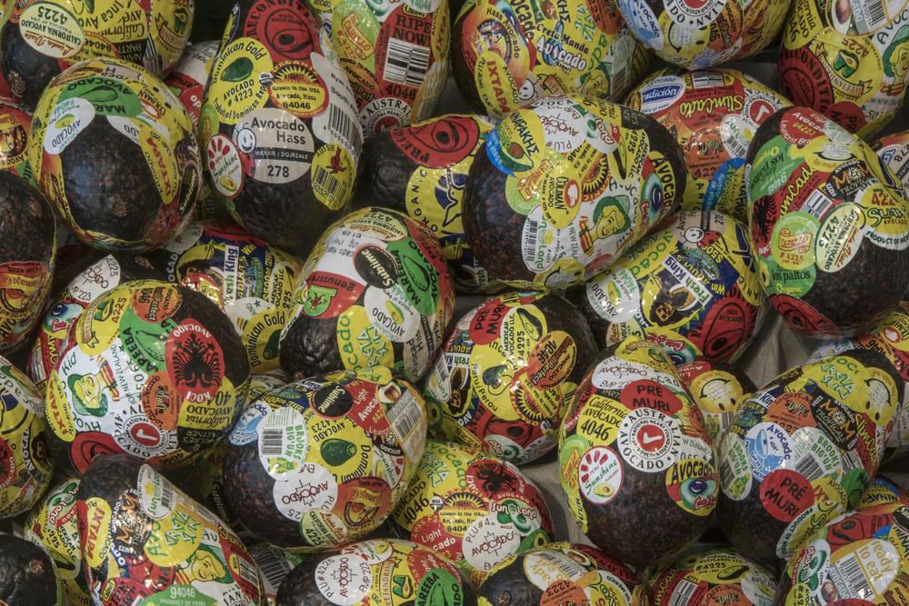 Adriana Martínez, Tutti Frutti Market, 2018, frutas plásticas, adhesivos, seis cajas de plástico, madera, malla. Vista de la exposición Holes in Maps, en 601 Artspace, Nueva York, 2019. Foto cortesía: 601 Artspace /Marie Guex
