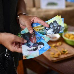 Valor y Cambio es un proyecto de arte narrativo, participación comunitaria y economía solidaria iniciado por las artistas puertorriqueñas Frances Negrón-Muntaner y Sarabel Santos Negrón. Cortesía de las artistas