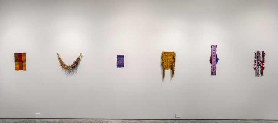 Sanne Vaassen, FLAGS, 2017-presente. Vista de la exposición Holes in Maps, en 601 Artspace, Nueva York, 2019. Foto cortesía: 601 Artspace /Marie Guex