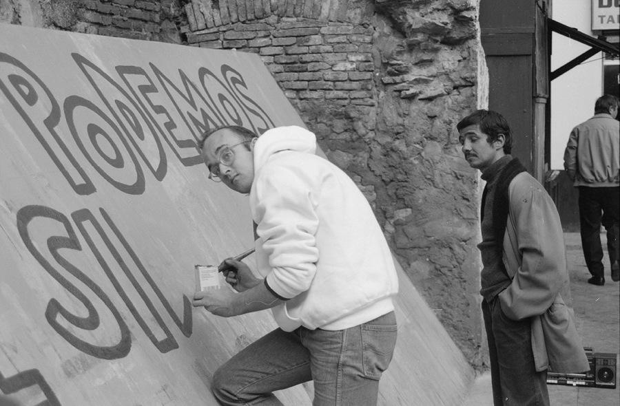 Keith Haring frente al mural Todos juntos podemos parar el Sida, 1989. Foto: Ferran Pujol. Cortesía: Archivo Fotográfico de Barcelona