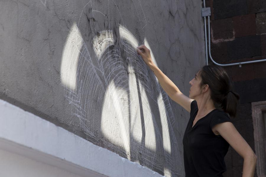 Ana Bidart, Velocímetro, 2019, gis sobre muro. Foto cortesía de ESPAC