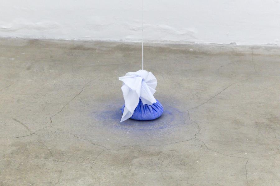 Ana Bidart, Peso total, 2018, algodón, pigmento, cordón, armellas. Foto cortesía de ESPAC