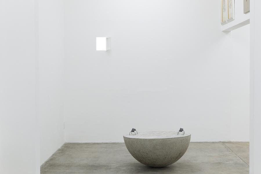 Armando Rosales. Al frente: Estado actual 2, 2019, media esfera de concreto, metal, correa de algodón, tornillos y tuercas. Foto cortesía de ESPAC