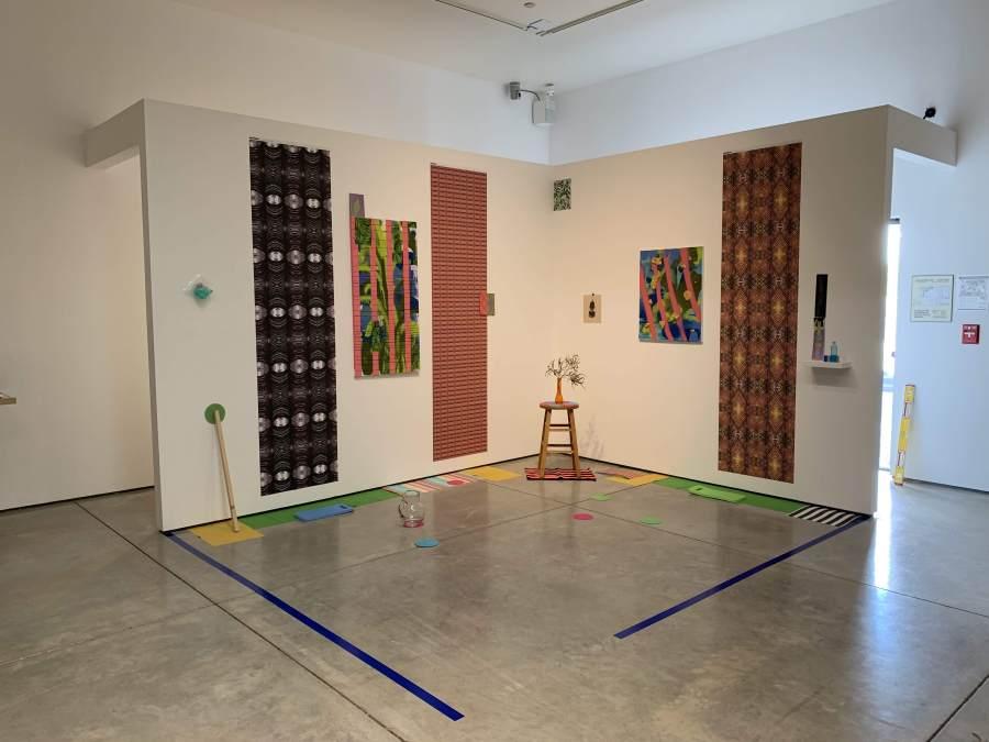 """Juan Alberto Negroni en la exposición """"Topologías del Exceso"""", Harold J. Miossi Art Gallery, Cuesta College, San Luis Obispo, California, EEUU. Cortesía del artista"""