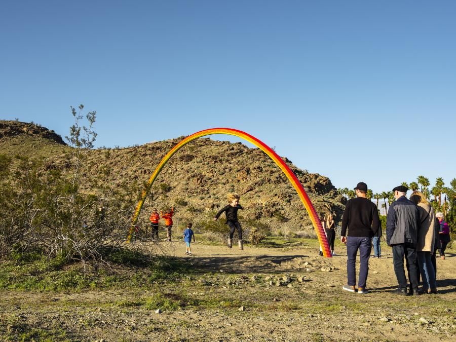 PIA CAMIL, LOVER'S RAINBOW, 2019. Desert X, Valle de Coachella, Sur de California, EEUU, 2019. Foto: Lance Gerber