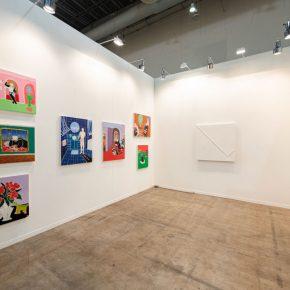 Vista del stand de la galería Steve Turner en Zsonamaco 2019, Ciudad de México City. con obras de Claire Milbrath y Pablo Rasgado. Cortesía de los artistas y Steve Turner, Los Angeles