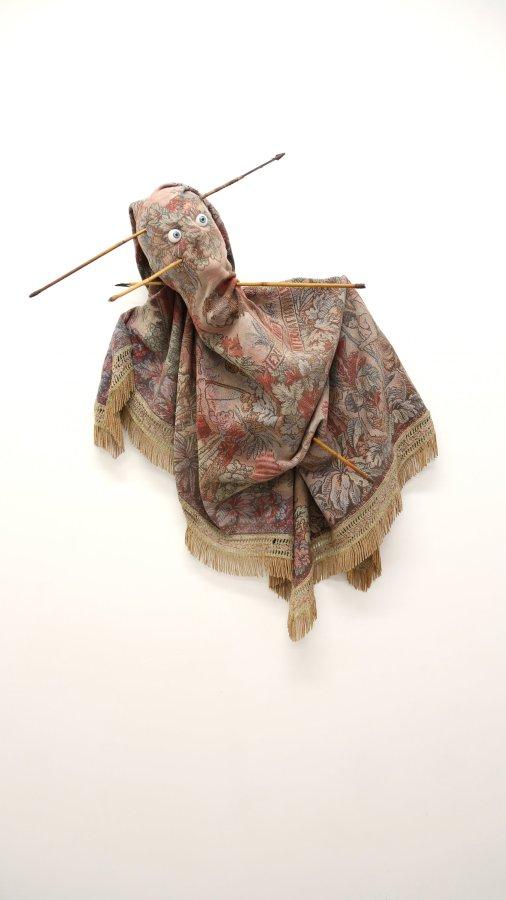 Andrés Pereira Paz, La venganza de los representados, 2017, souvenir textil de la Exhibición Internacional de País (1931), flechas de Nueva Guinea y prótesis oculares, dimensiones variables. Cortesía: House of Egorn, Berlín