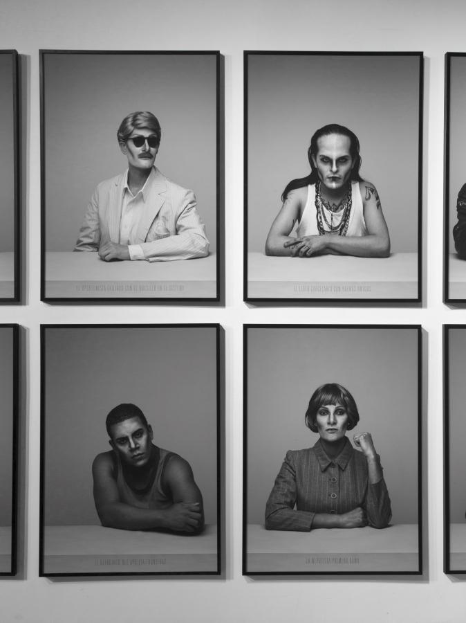 """Alexander Apóstol, """"El oportunista exiliado con el bolsillo en el sistema"""" – """"El líder carcelario con buenos amigos"""" – """"El refugiado que aprieta fronteras"""" – """"La nepotista primera dama"""". Vista de la instalación en la 12º Bienal de Shanghái (2018). Cortesía del artista"""