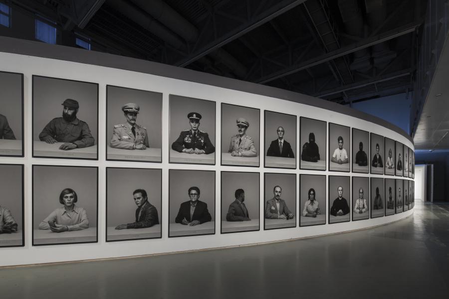 Alexander Apóstol, Régimen: A dramatis personae. Vista de la instalación en la 12º Bienal de Shanghái, 2018. Cortesía del artista