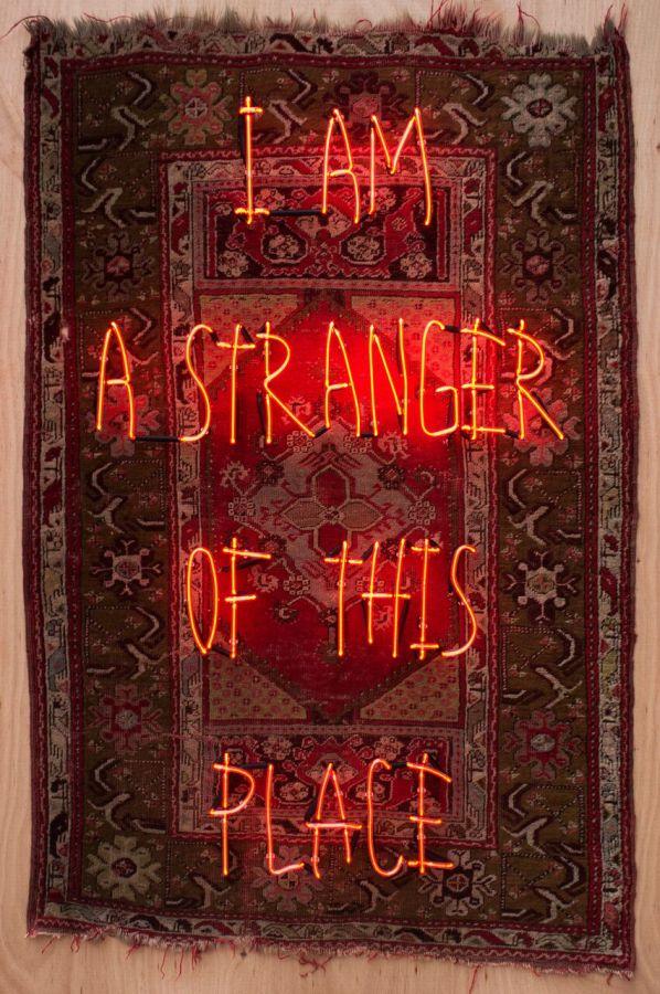 Ramazan Can, I am a Stranger of This Place, 2018, concreto, tela, neón, madera, 188 x 127 x 16.5 cm. Cortesía del artista y Anna Laudel Gallery