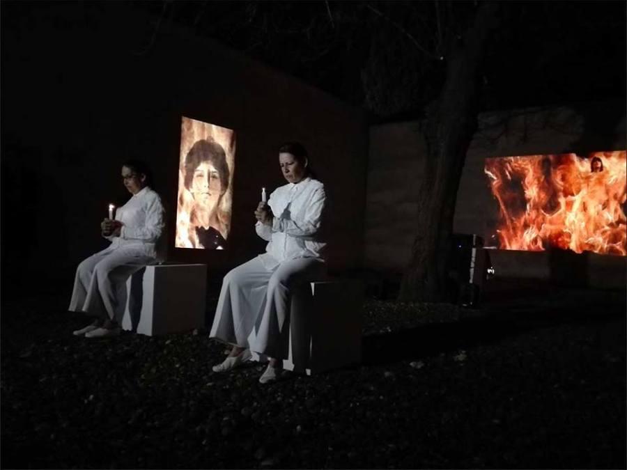 Yeni y Nan durante el performance Fuego: purificación, en la inauguración de su exposición Dualidad, 1977 - 1986 (CAAC, 15 feb - 9 jun, 2019). Foto cortesía del CAAC
