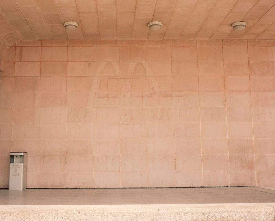 Farah Al Qasimi, Old McDonald's, 2014, fotografía digital, 69 x 86 cm. Cortesía del artista y The Third Line