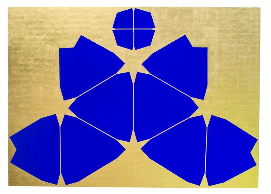 Mazenett Quiroga, De más allá del mar (Waterman Butterfly Map projection), 2017, pintura al temple azul ultramarino y 22 hojas de oro genuino sobre madera, 170 x 122 x 5 cm. Cortesía Instituto de Visión, Bogotá