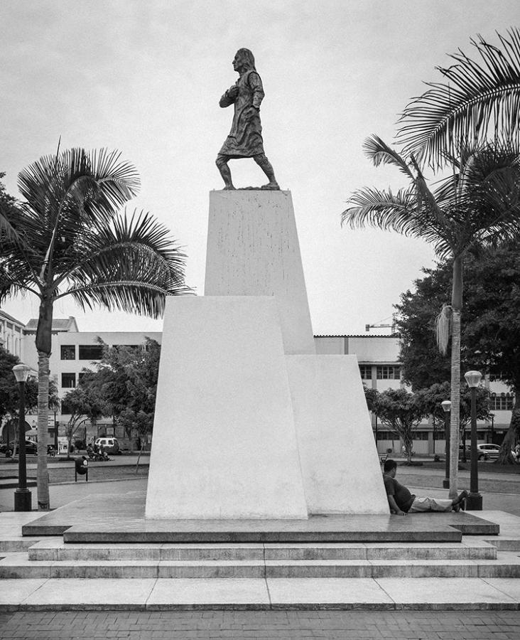 Sergio Fernández Majluf, S/T, del proyecto Monumentos para la mirada (obra en proceso), 2019, fotografía y escultura. Cortesía: Galería Carlos Caamaño, Lima