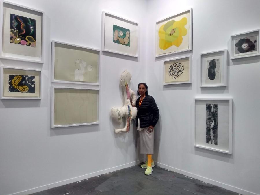 Valerie Brathwaite con su obra, en ABRA Caracas. Feria ARCOmadrid 2019. Foto: Alejandra Villasmil