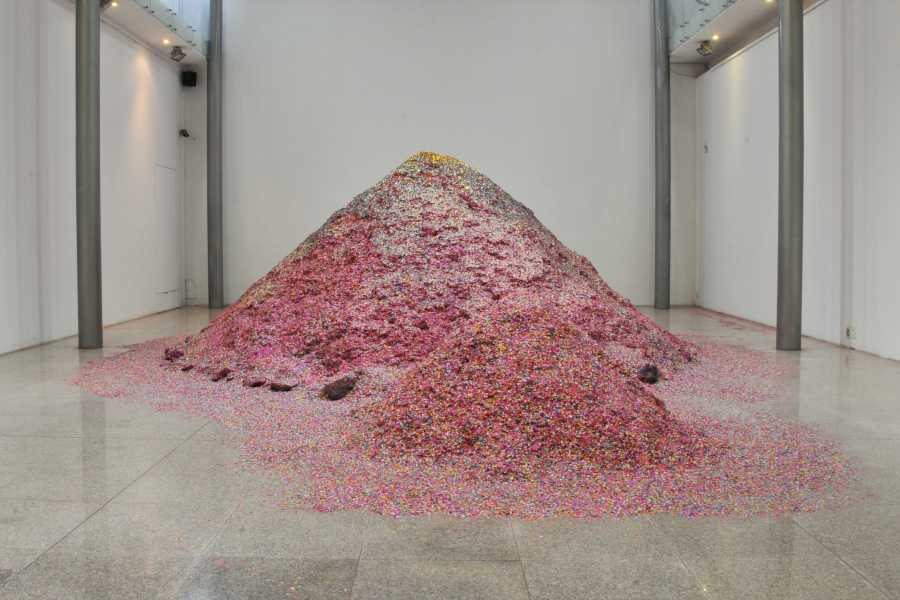 Maximiliano Siñani, Sumaq Urqu, 2019, 6.000 kilos de confeti. Cortesía del artista