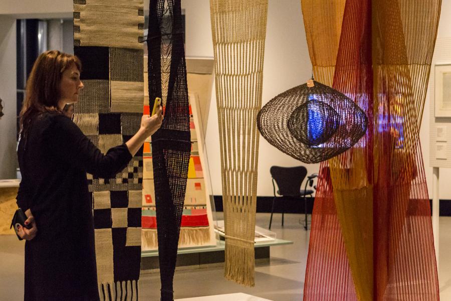 """Vista de la exposición """"bauhaus imaginista"""", en Haus der Kulturen der Welt (HKW), Berlín, 2019. Foto: © Laura Fiorio / HKW"""
