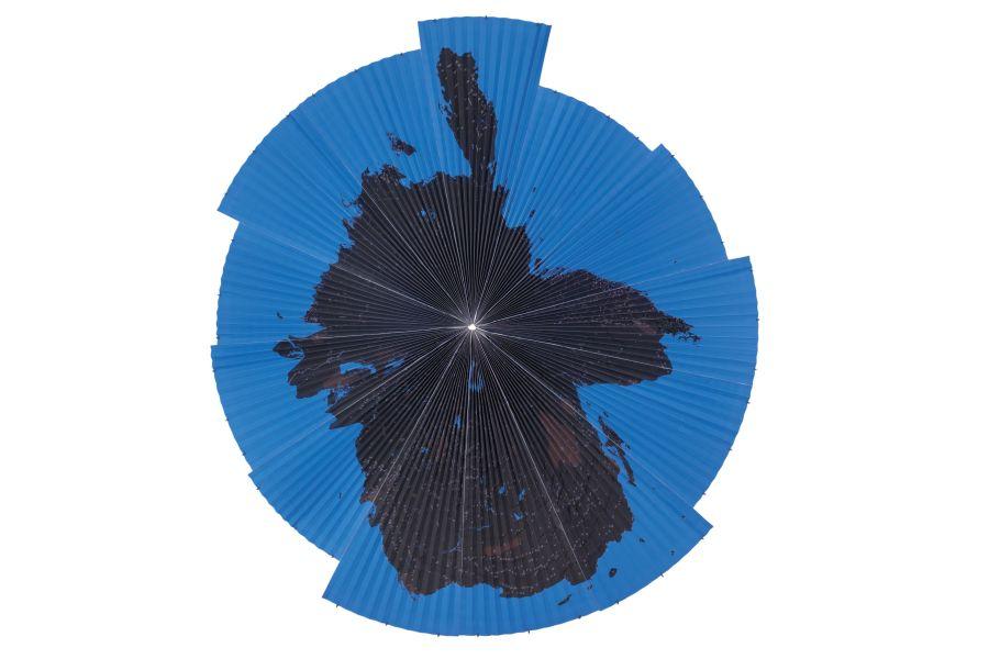 Hamdi Attia, The Gulf Inside Out, 2018, impresión digital, Ø 240 cm. Foto: Badr Elhardag. Cortesía del artista y VOICE gallery