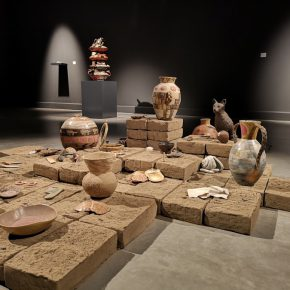 Aileen Gavonel (Lima, 1989), Brujas, 2018, instalación de cerámica gres sobre adobes. Medidas variables. Cortesía de la artista. Foto: MAC Lima