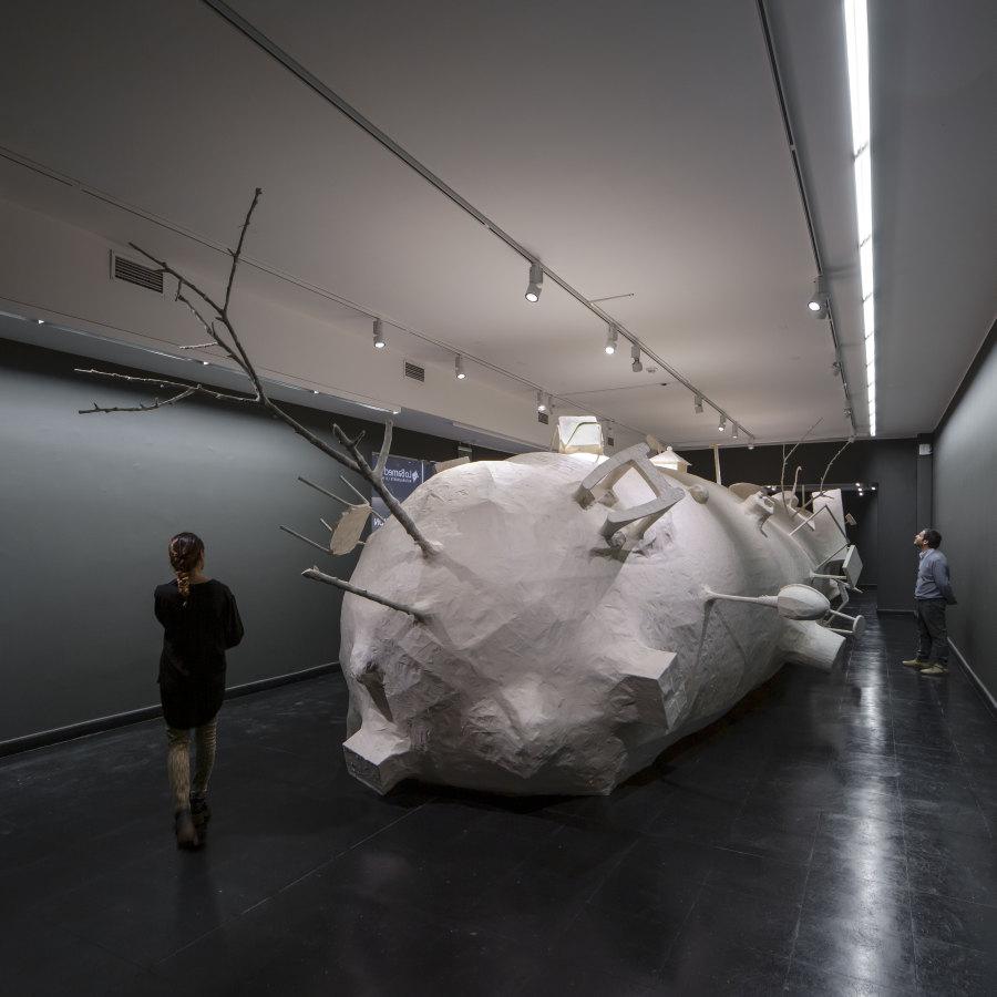 """Vista de la exposición """"Idea Tonta Número 2"""", de Cristián Salineros, en el Centro Cultural El Tranque, Santiago. Madera, objetos, masking tape, y un poco de fantasía, 2019, 17 x 3,5 x 2,5 metros aproximadamente. Foto: Benjamín Matte"""