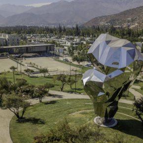 Cristián Salineros, Plegar el Paisaje, 2016-2019, acero y acero inoxidable, 14 x 5 x 6 m aprox. Instalación permanente en el Parque Cultural El Tranque, Santiago de Chile. Foto: Benjamín Matte