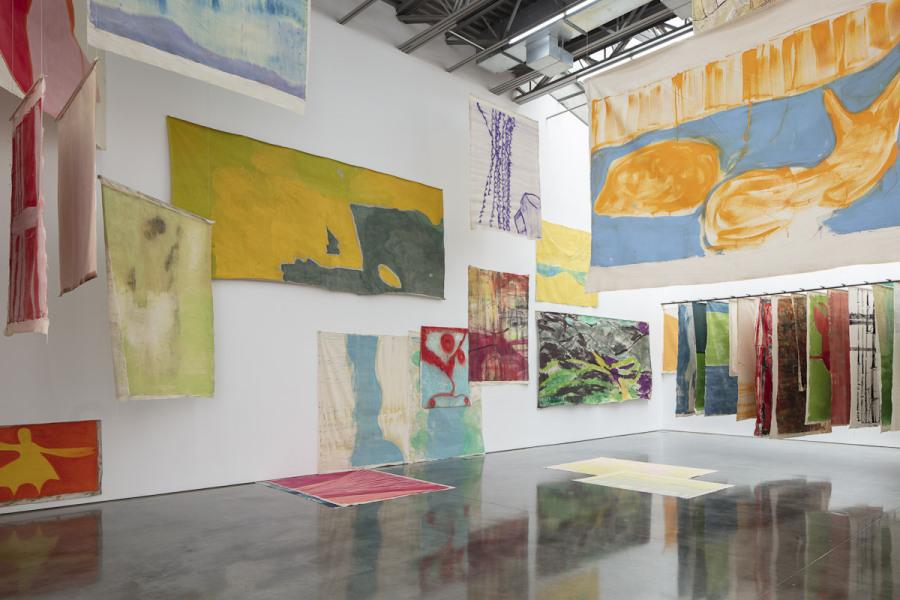 Vista de la exposición de Vivian Suter en Gladstone Gallery, Nueva York, 2019. Foto cortesía de la galería