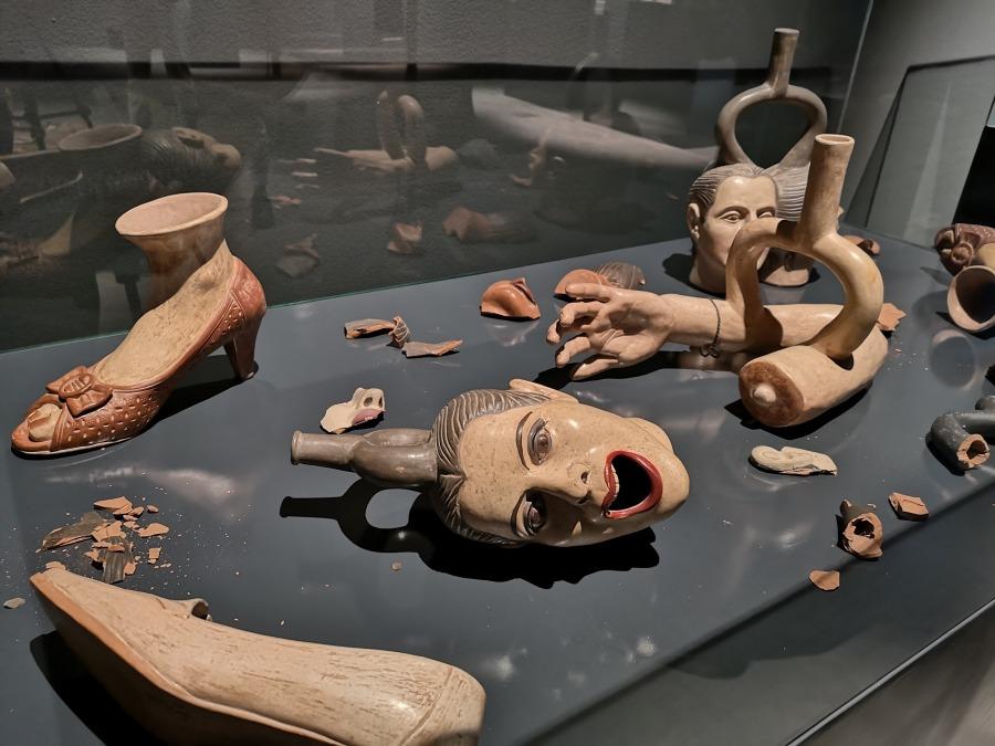 Susana Torres (Lima, 1969), Fragmentería de huacos auto retratos (2004-2014). Dimensiones variables. Cortesía de la artista. Foto: MAC Lima