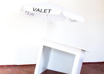 Yiyo Tirado Rivera, Valet parking I, 2019, MDF y sombrilla, medidas variables. Foto cortesía de Elisa Bergel Melo & Yiyo Tirado