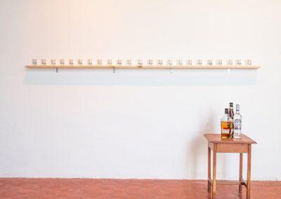 Karlo Andrei Ibarra, Drowned utopías, 2017-2019, vasos de shots con textos impresos. Foto cortesía de Elisa Bergel Melo & Yiyo Tirado