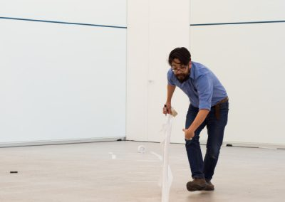 Performance de Erick Beltrán en la galería CarrerasMugica, Bilbao, sábado 25 de mayo de 2019. Foto cortesía de la galería