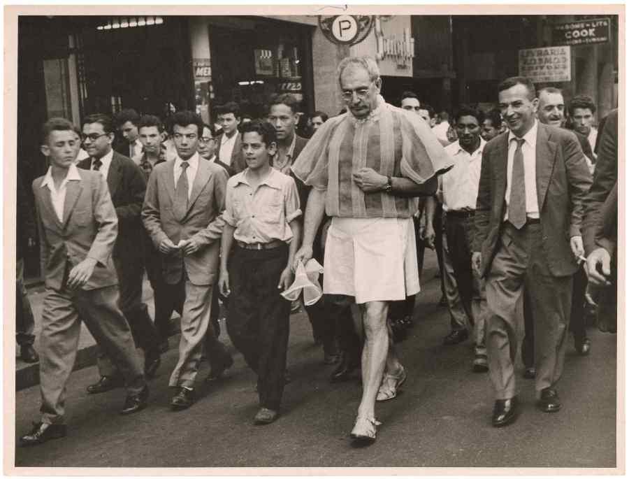 Flávio de Carvalho presentando 'New Look' (Experiência No. 3) en las calles de São Paulo, 1956. © Los herederos de Flávio de Carvalho. Cortesía: CEDAE-IEL