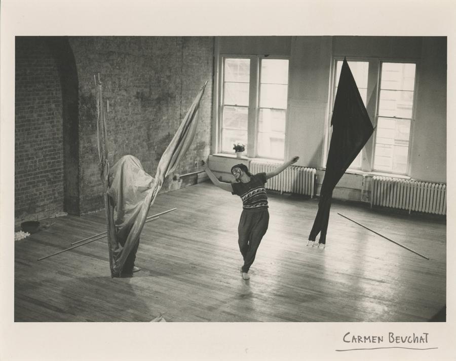 """""""Two not One"""" de Carmen Beuchat en colaboración con Cynthia Hedstrom presentada en 1975 en el Red Square Theatre, el loft de Carmen Beuchat ubicado en 281 Grand St., Nueva York. Fotografía tomada por Susan Rutman"""