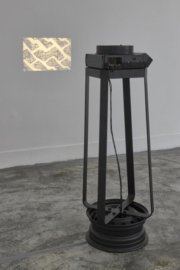 Adrián Balseca, Incisiones, vista general de la instalación. Proyector de diapositivas, 80 diapositivas 35mm b/n, 2019. Cortesía: Galería Ginsberg, Lima, 2019. © Foto: Juan Pablo Murrugara