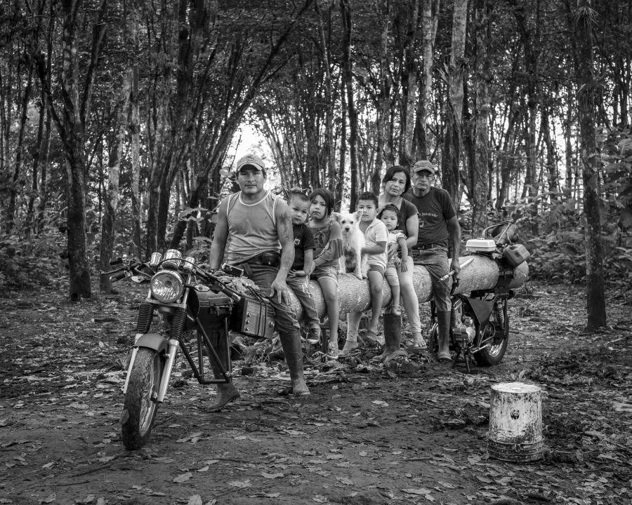 Adrián Balseca, Proyecto para retrato familiar (Cuji –Grefa), díptico fotográfico, fotografía digital b/n, 36 cm x 45 cm, Santo Domingo de los Tsáchilas, Ecuador, 2019. © Fotografía: Adrián Balseca, 2019.