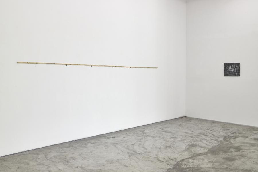 Adrián Balseca, 40.075 m, vista general de la instalación. Regla de madera de Hevea brasiliensis, 475 cm x 1,4 cm, 2019. Cortesía: Galería Ginsberg, Lima, 2019. © Foto: Juan Pablo Murrugara.