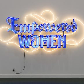 Andrea Bowers, Empowered Women. en Andrew Kreps Gallery. Frieze New York 2019. Foto: Mark Blower. Cortesía: Mark Blower/Frieze