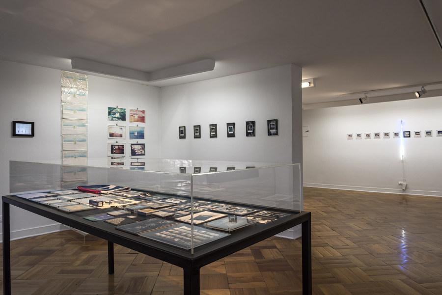 """Vista de la exposición """"Mezza: archivo liberado"""", de Gonzalo Mezza, en D21 Proyectos de Arte, Santiago de Chile, 2019. Foto: Jorge Brantmayer"""