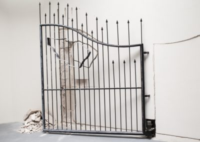 Shilpa Gupta, Sin título, 2009, puerta que se desplaza de lado a lado y rompe la pared. 58° Bienal de Venecia (2019) [Giardini]. Foto: Francesco Galli. Cortesía: La Biennale di Venezia