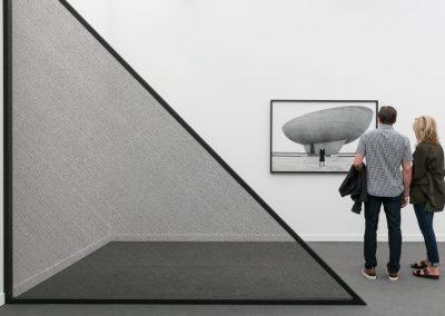 Escultura de Kapwani Kiwanga, y fotografía de Shirin Neshat en Goodman Gallery (Johannesburgo, Sudáfrica). Frieze New York 2019. Foto: Mark Blower. Cortesía: Mark Blower/Frieze