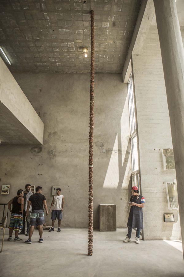 Ishmael Randall Weeks, Materia, 2019, 800 x 13 x 13 cm. Foto cortesía de Revolver, Lima.